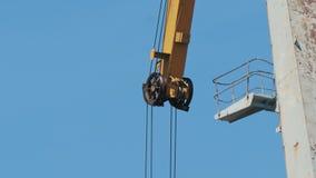货物起重机的机制反对天空蔚蓝的 股票录像