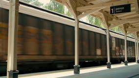 货物运输和交付在老货物无盖货车的通过铁路支架 股票录像