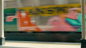 货物运输和交付在老货物无盖货车的通过铁路支架 影视素材