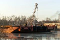 货物非自动推进的驳船在死水冬眠 免版税库存图片