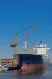 货物靠码头的船 库存照片