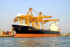 货船、起重机和容器 对运输、进口和出口 库存图片