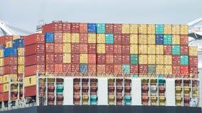 货船与数千的MSC阿莱运输货柜 免版税图库摄影