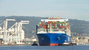 货船切削喜马拉雅山的中远集团进入奥克兰港  图库摄影