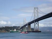 货船和火小船通过在Ba下的旧金山边 免版税库存图片