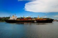 货船在哈瓦那 免版税库存图片