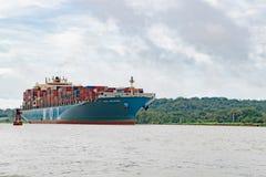 货船巴拿马运河,在巴拿马运河的充分地被装载的货轮 免版税库存照片
