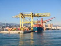 货船由黄色起重机装载了在口岸 免版税库存照片