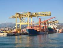 货船由黄色起重机装载了在口岸 库存照片