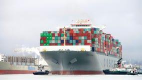 货船进入奥克兰的港中远集团时运 图库摄影