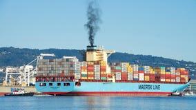 货船进入奥克兰的港马士基ANTARES 库存图片