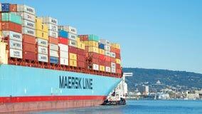 货船进入奥克兰的港马士基ANTARES 免版税图库摄影