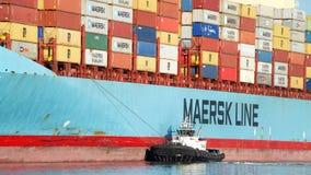 货船进入奥克兰的港马士基ANTARES 免版税库存图片