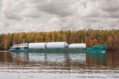 货船` Oka 53 `,俄罗斯联邦的沃洛格达州oblast的河伏尔加河, 2017年9月29日 用contai装载的货船 免版税库存照片