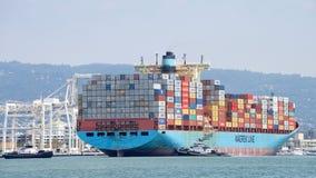 货船GJERTRUD进入奥克兰的港马士基 图库摄影