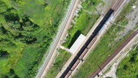 货车在火车站的汽车特写镜头,道路分流用不同的方向