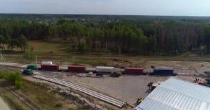 货车慢慢地审阅工厂 在森林视图的铁路结构从上面 股票视频