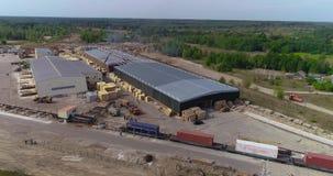 货车慢慢地游遍木材加工工厂整体计划的疆土 现代锯木厂天线 股票录像