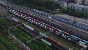 货车顶视图在铁路轨道的在房子背景  英尺长度 货物运输进口和出口  股票视频