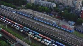 货车顶视图在铁路轨道的在房子背景  英尺长度 货物运输进口和出口  股票录像