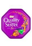 质量在白色背景的街道巧克力 在罐子或箱子,通常包含的各自的甜点的一种普遍的选择,做b 免版税库存照片