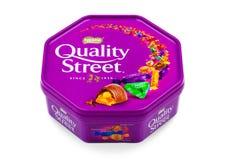 质量在白色背景的街道巧克力 在罐子或箱子,通常包含的各自的甜点的一种普遍的选择,做b 库存照片