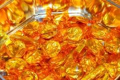 质量街道奶糖便士 在金封皮的雀巢或糖果仍然做的普遍的巧克力甜点在锡 库存照片