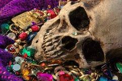 贪婪、头骨在珠宝中和金子梦想  库存图片