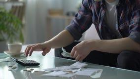 贫困者计算的费用,有少量美元和分在桌上,债务 影视素材