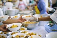 贫寒的食物需要社会帮助的与食物捐赠:饥饿的概念 免版税库存图片