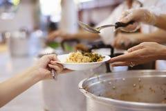 贫寒的食物需要社会帮助的与食物捐赠:饥饿的概念 免版税库存照片