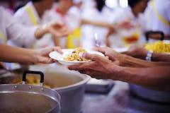 贫寒的食物需要社会帮助的与食物捐赠:饥饿的概念 库存图片