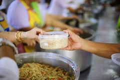 贫寒的食物需要社会帮助的与食物捐赠:饥饿的概念 库存照片