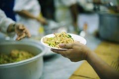 贫寒的食物需要社会帮助的与食物捐赠:饥饿的概念 免版税图库摄影