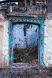 贫穷和失业 老被毁坏的房子的窗口 免版税库存照片