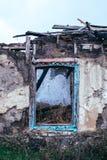 贫穷和失业 被破坏的房子的老窗口 免版税库存图片