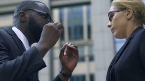 贬低他的助理的非裔美国人的上司通过指出她的差错 股票视频
