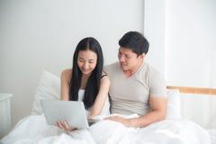 购买一个网上产品通过网络购物市场 免版税库存照片