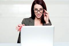 购买权日膝上型计算机使关闭的妇女失望 库存照片