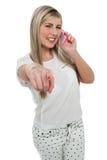 购买权的愉快的青少年的女孩指向往您的 免版税库存图片