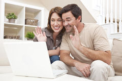 购买权计算机夫妇互联网膝上型计算&# 免版税库存照片
