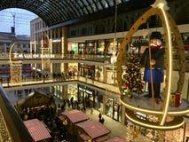 购物'柏林购物中心'装饰为圣诞节,繁忙与许多顾客和照亮与数千光 库存图片