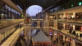 购物'柏林购物中心'装饰为圣诞节,繁忙与许多顾客和照亮与数千光 股票视频