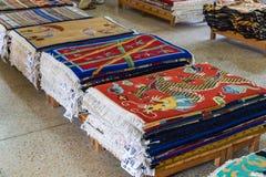 购物与手织的地毯在塔石陵村庄 库存照片