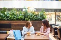购物中心咖啡馆的少妇 图库摄影