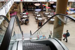 购物中心木兰的一些个访客在市布拉索夫在罗马尼亚 免版税图库摄影