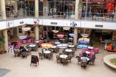购物中心木兰的一些个访客在市布拉索夫在罗马尼亚 库存图片