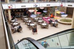 购物中心木兰的一些个访客在市布拉索夫在罗马尼亚 免版税库存图片