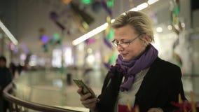 购物中心的妇女谈话在电话 股票录像