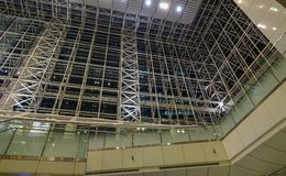 购物中心的玻璃圆顶在晚上 免版税库存照片